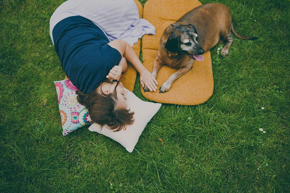 pies i jego pani na trawie