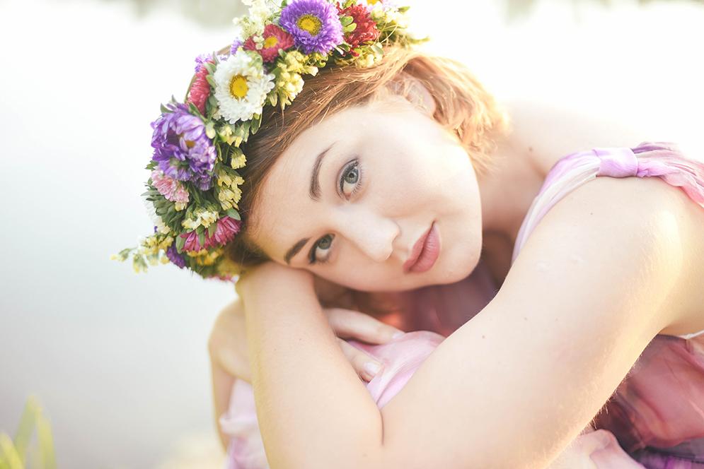 kobiecy portret w kwiatowym wianku