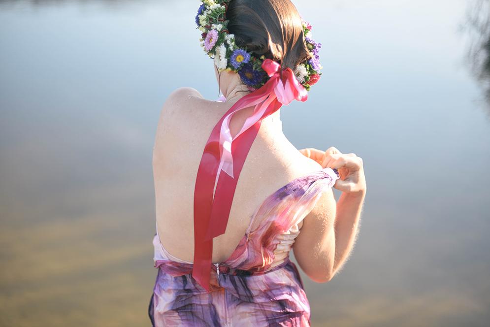 sesja nad jeziorem w sukience