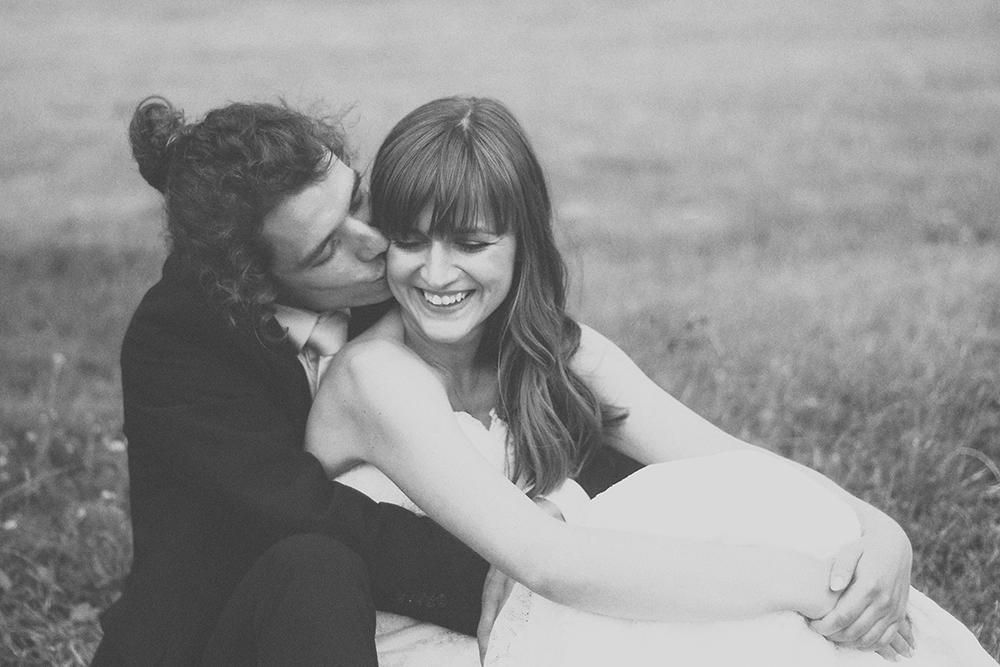 plener ślubny pocałunek na trawie