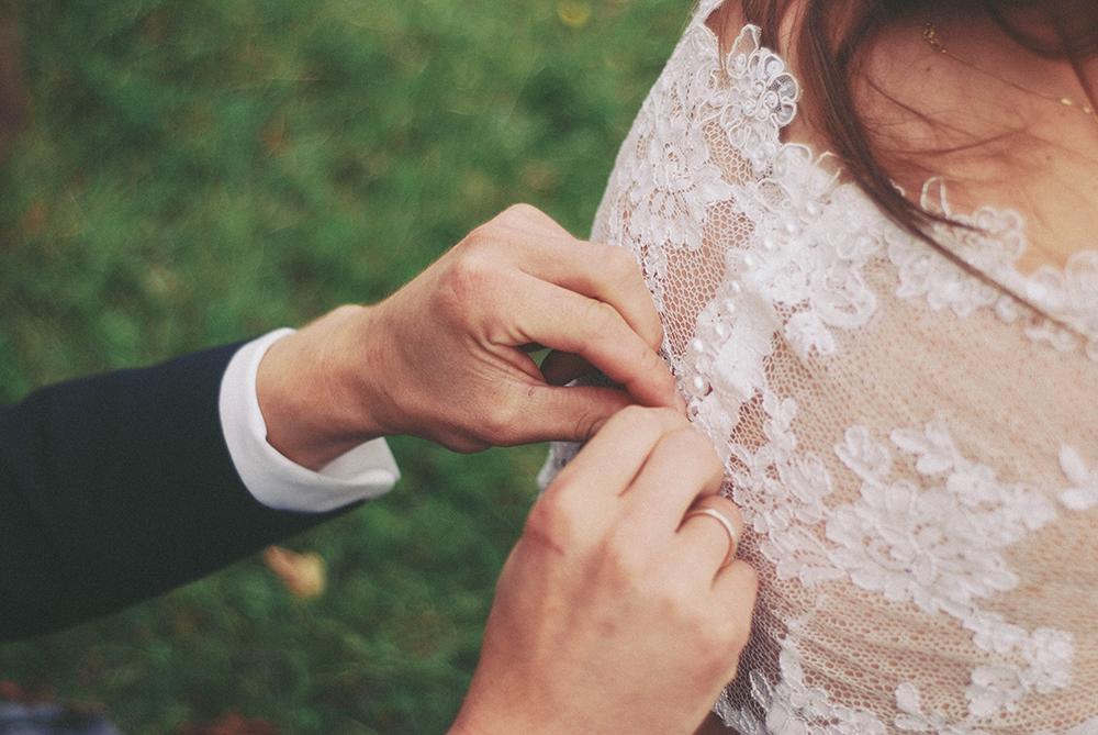 zdjęcia ślubne detal sukienka dłonie