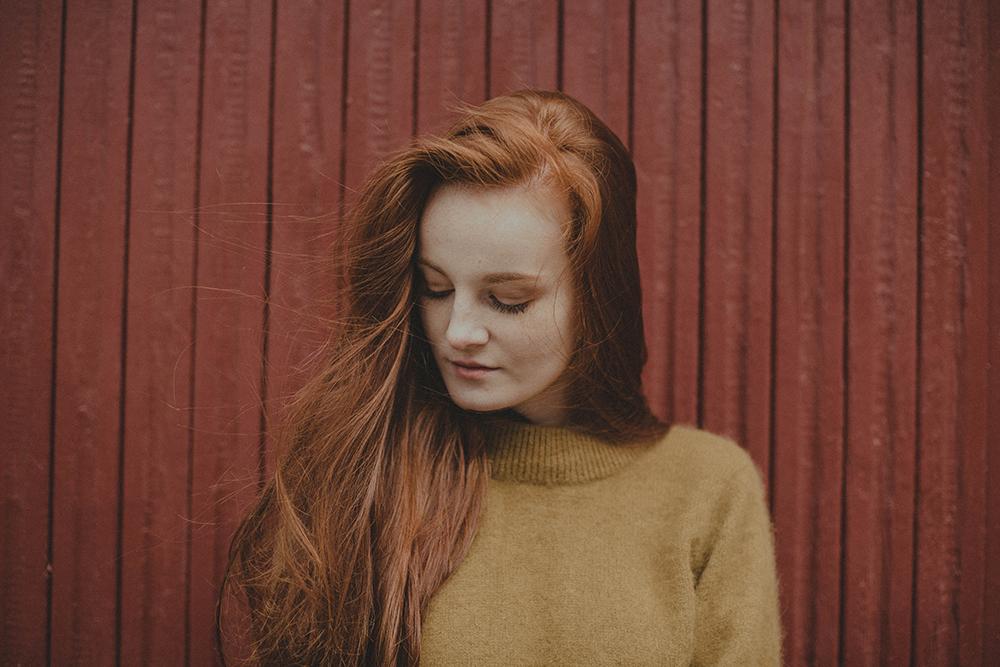 rudowłosa zielony sweter