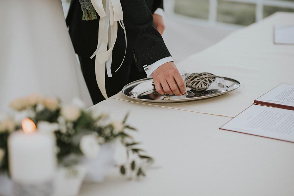 ślub cywilny w plenerze obrączki