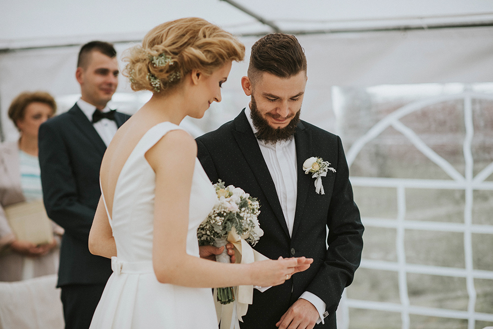 biały namiot ślub cywilny w plenerze