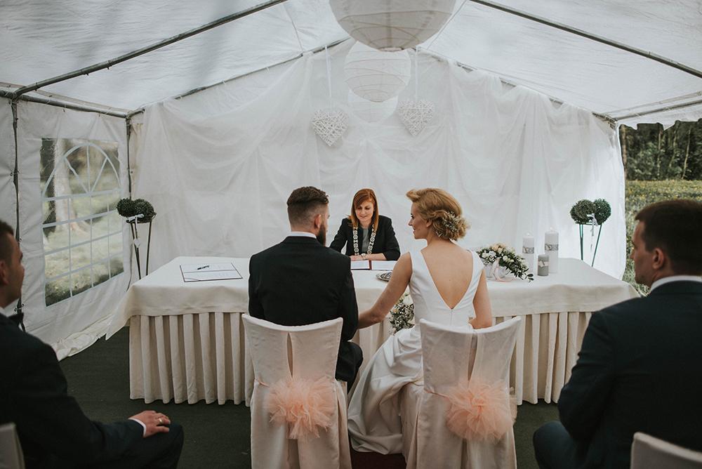 ślub cywilny w plenerze biały namiot urzędnik