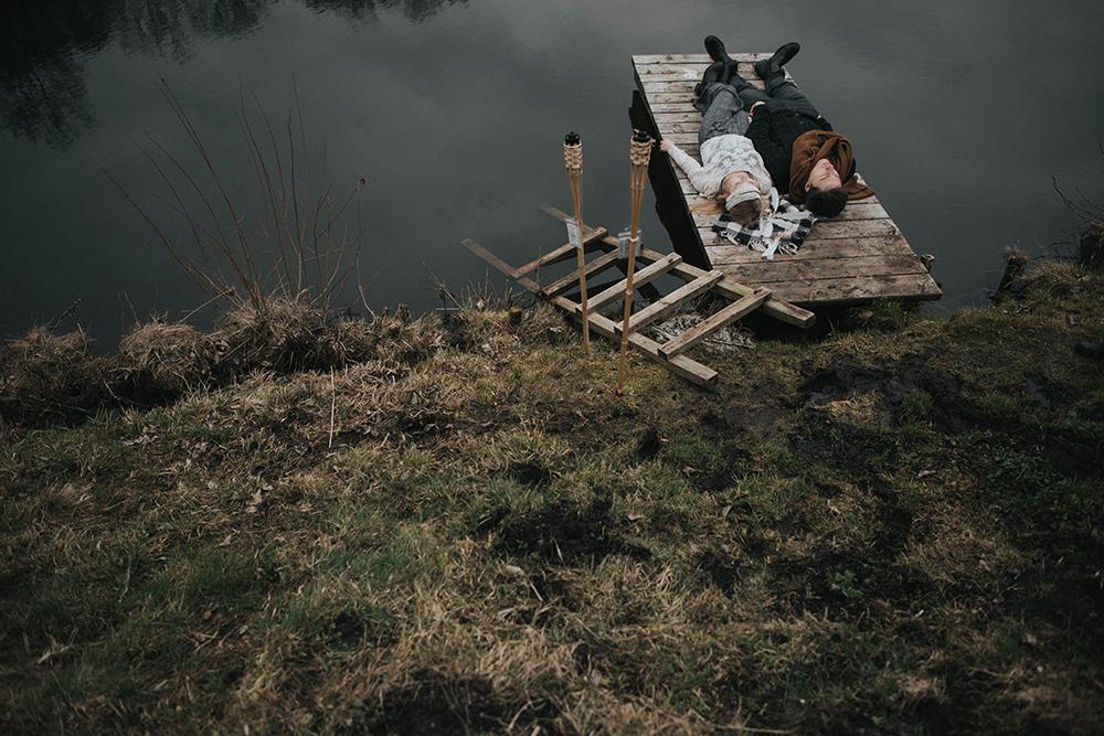 para na pomoście jezioro
