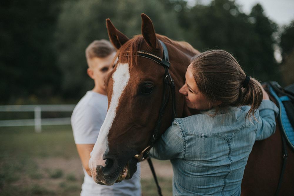 sesja narzeczeńska z końmi