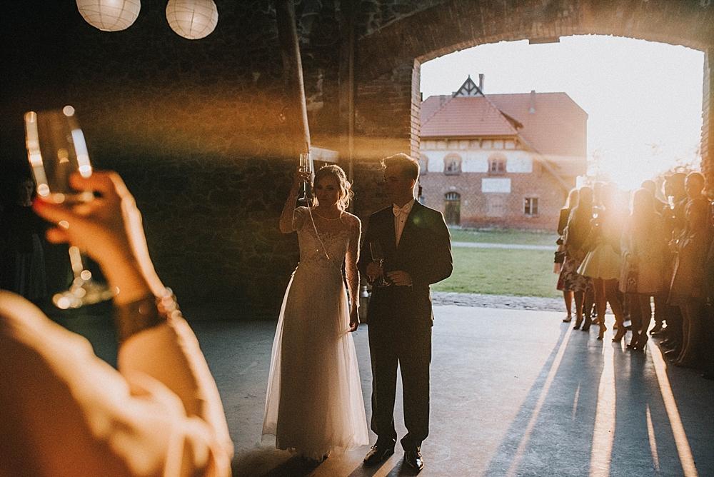 jesienny ślub w folwarku wąsowo stodoła