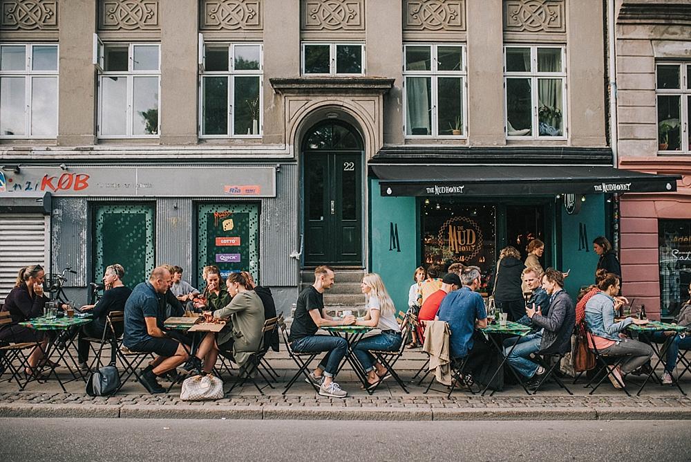 sesja narzeczeńska w kopenhadze norrebro kawiarnia