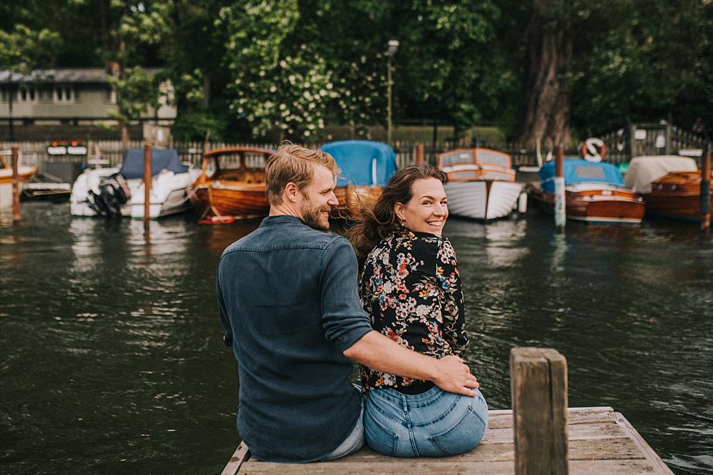 Bröllopsfotograf stockholm engagement session Långholmen canal boats
