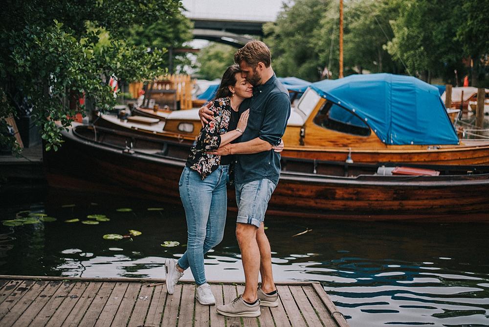 naturalna sesja narzeczeńska sztokholm miasto nad wodą łódki pomost sodermalm
