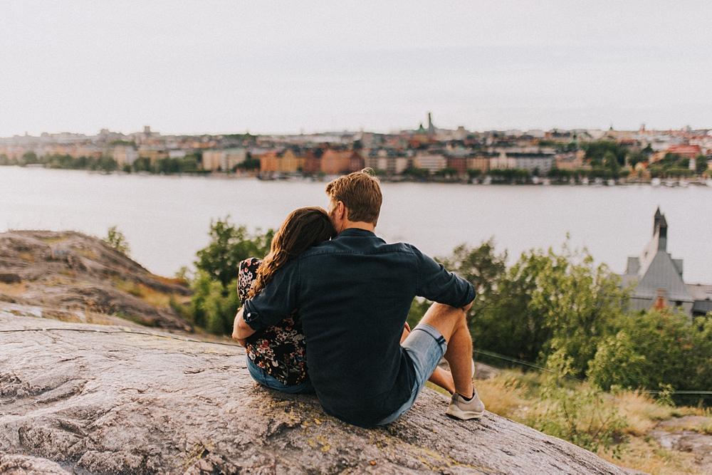 Bröllopsfotograf stockholm engagement session sunset skinnarviksberget panorama