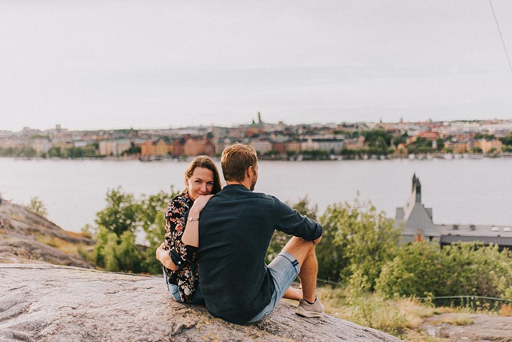 Bröllopsfotograf stockholm engagement session sunset skinnarviksberget stockholm panorama