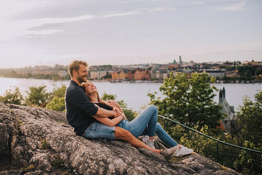 Bröllopsfotograf stockholm engagement session sunset skinnarviksberget