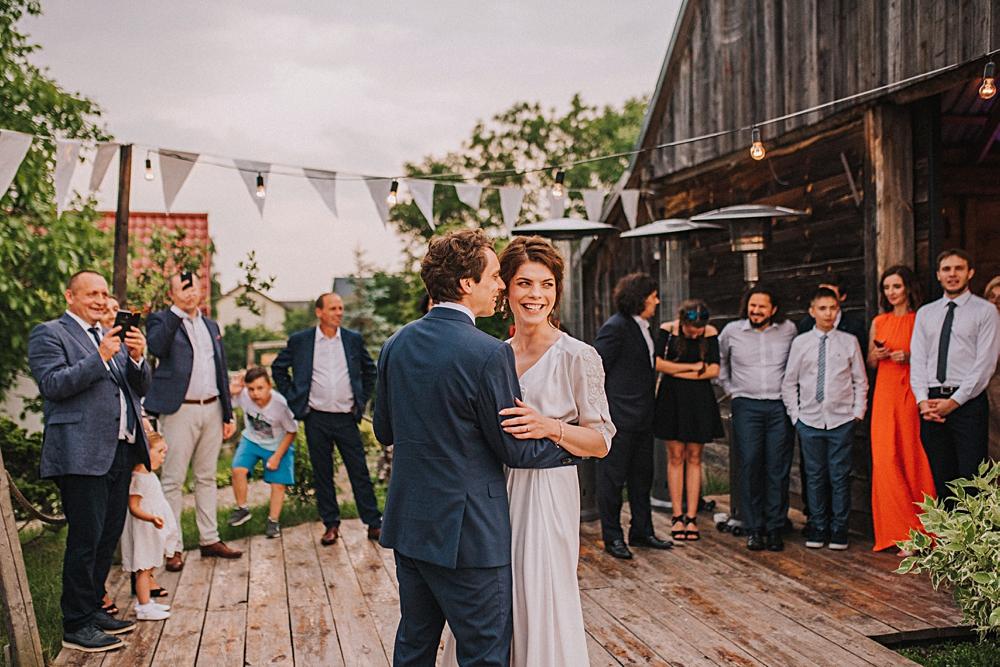 folwark ruchenka nowoczesna stodoła pierwszy taniec wesele w plenerze