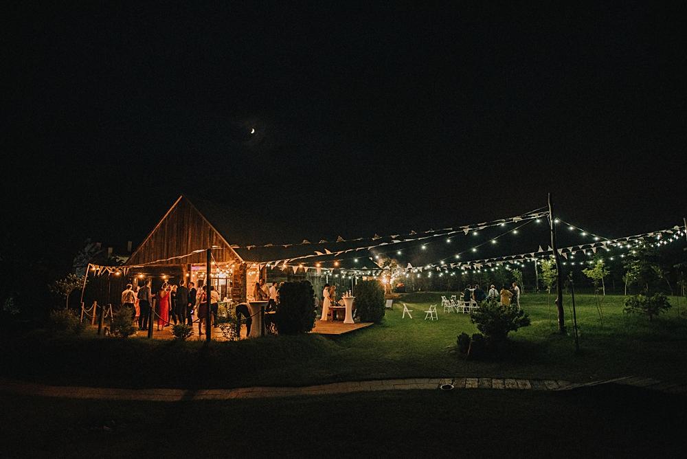 wesele w stodole tańce w ogrodzie