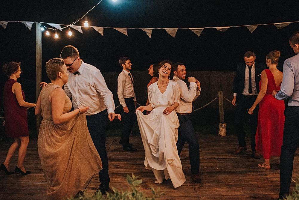 wesele w stodole nocne tańce parkiet w ogrodzie