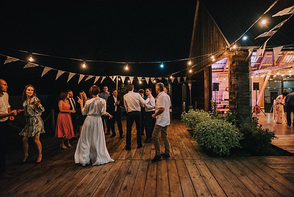 wesele w stodole nocne tańce parkiet na dworze
