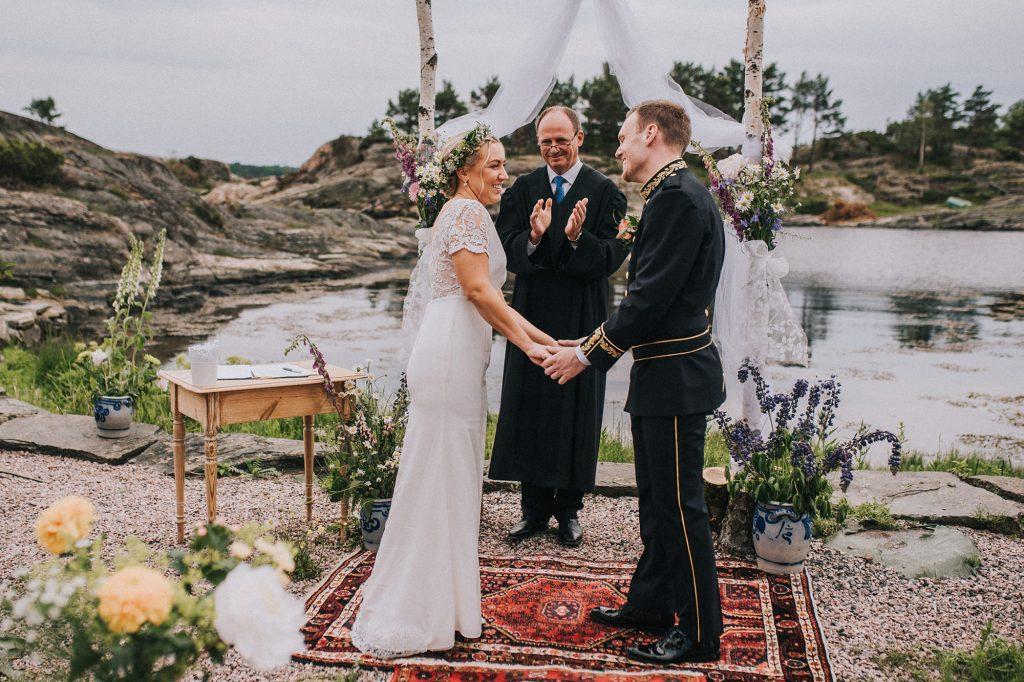 skandynawski ślub w norwegii ceremonia w plenerze nad morzem