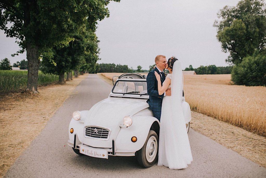 retro samochód na ślub na wsi ceglarnia citroen cv2