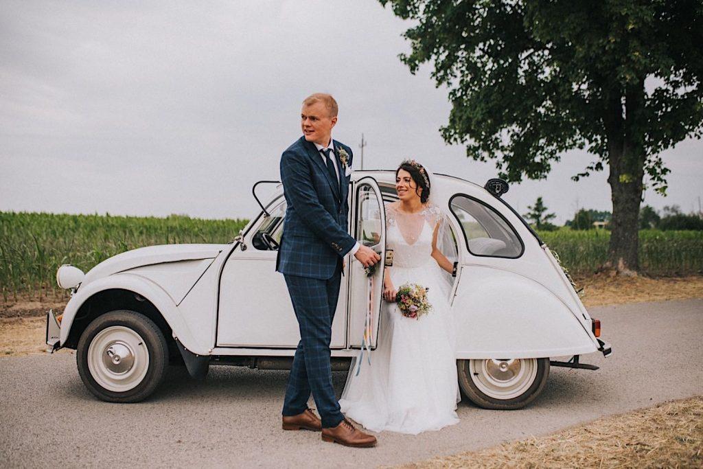 retro samochód na ślub na wsi