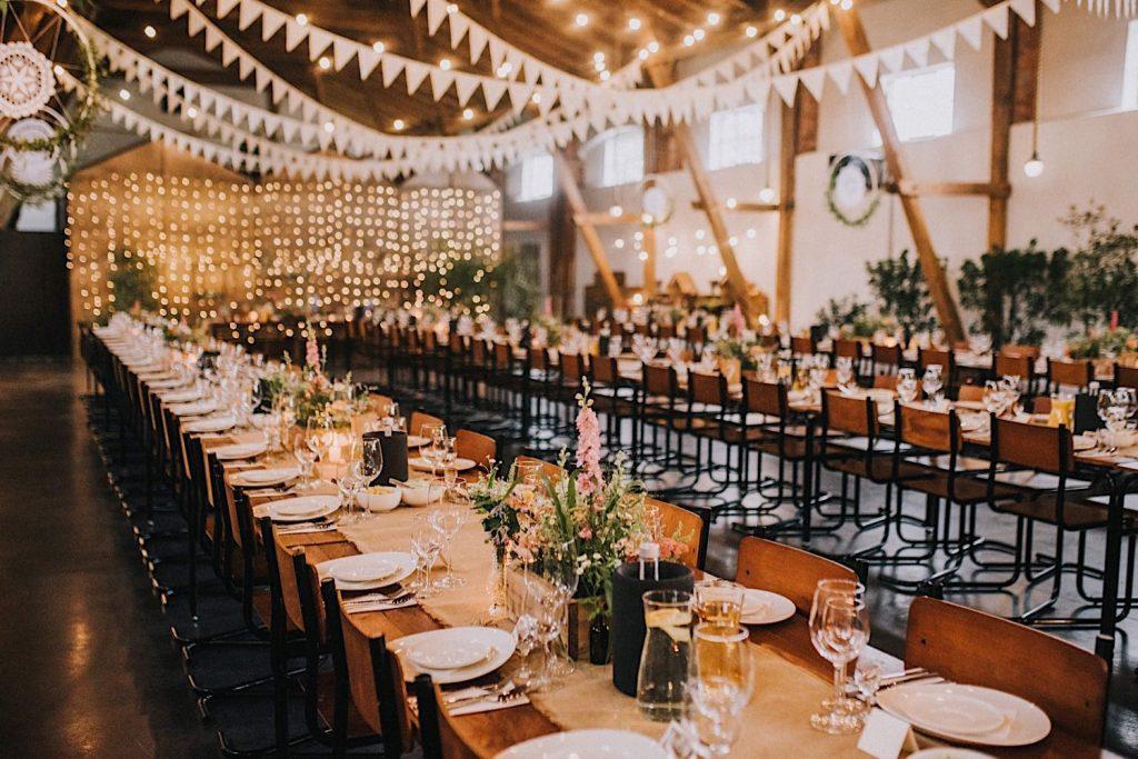 ceglarnia stodoła sielskie wesele rustykalne dekoracje stołu polne kwiaty