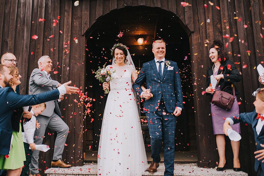 drewniany kościół w gogolewie ślub kwiaty
