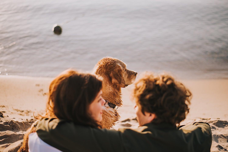 sesja narzeczeńska na plaży wschód słońca orłowo pies