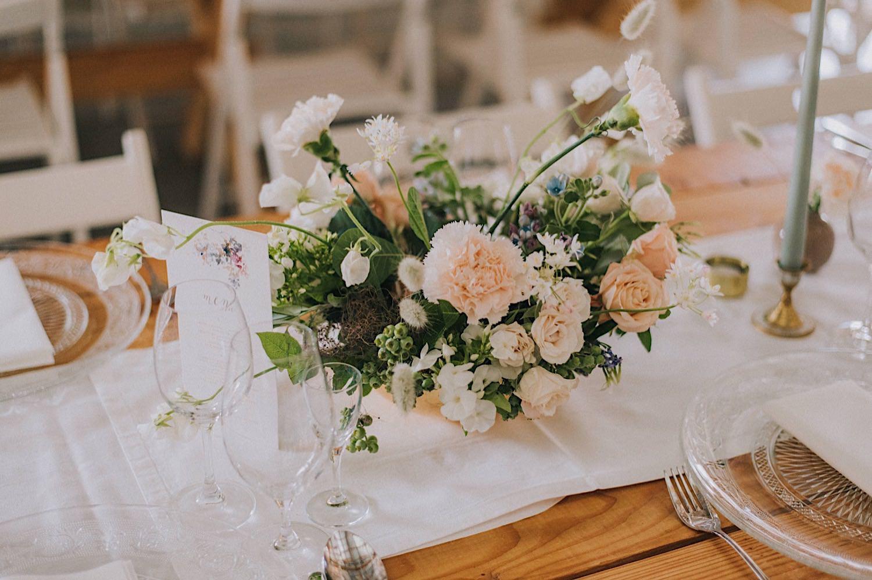 babie lato florystyka ślub stodoła subtelne kwiaty dekoracja stołu