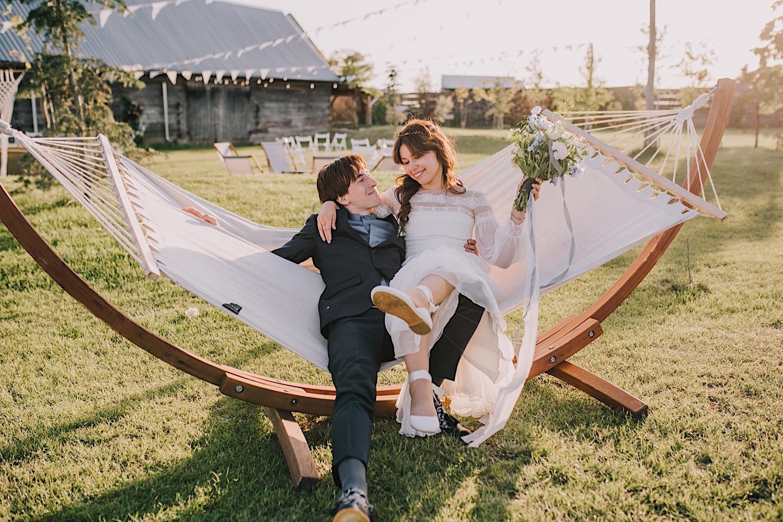 folwark ruchenka sesja na hamaku wesele w stodole