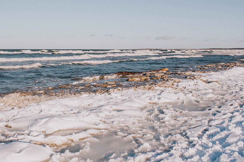 zimowa sesja nad morzem plaża śnieg spacer zamarznięty bałtyk